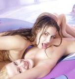 Deux copines lesbiennes à la piscine