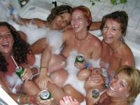 5 copines dans un bain