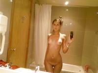 Soumia nue dasn la sale de bain