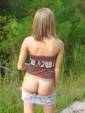 Ma petite copine montre ses fesses en foret