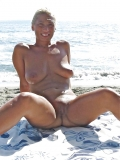 Andréa en exhib à la plage