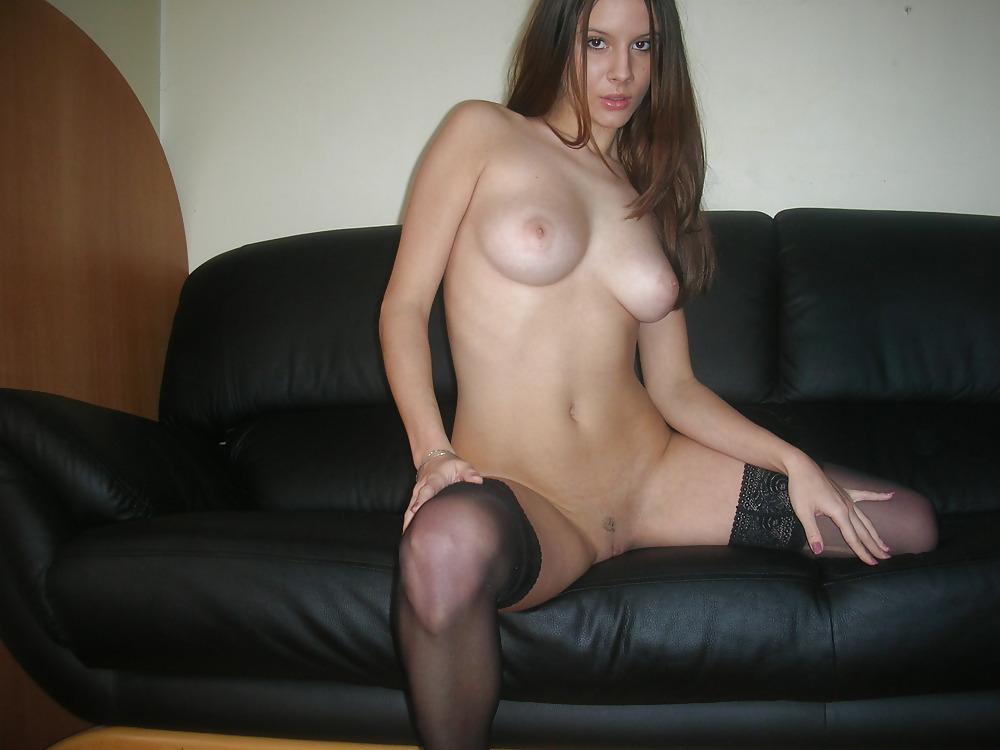 Une copine très chaude écarte les cuisses