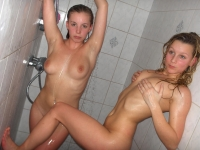 Deux jeunettes sous la douche