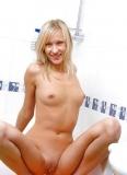 Blonde se tortillant dans la baignoire