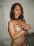 Jeune femme attaché pour le sexe