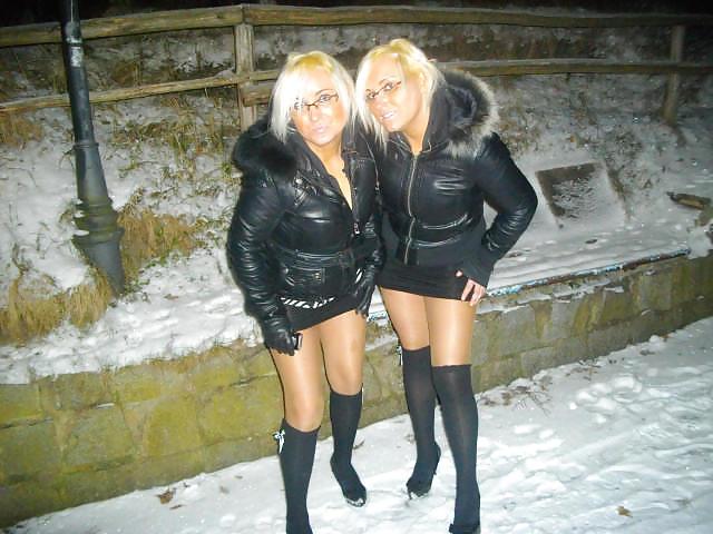 Jumelles russes à la maison