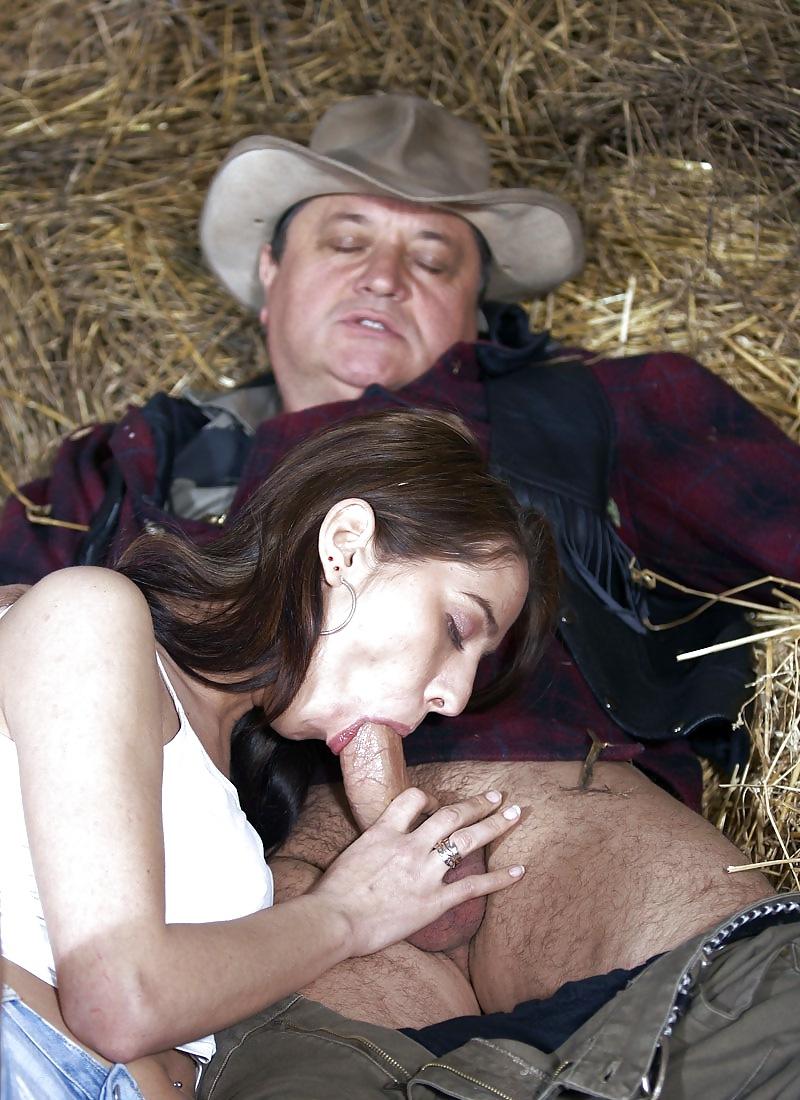 Elle suce un vieux cowboy