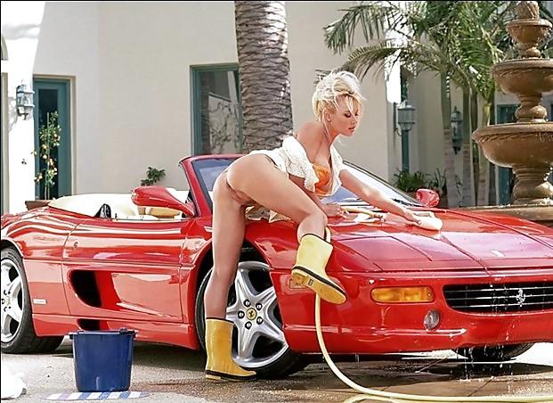 Pouf blonde sur Ferrari