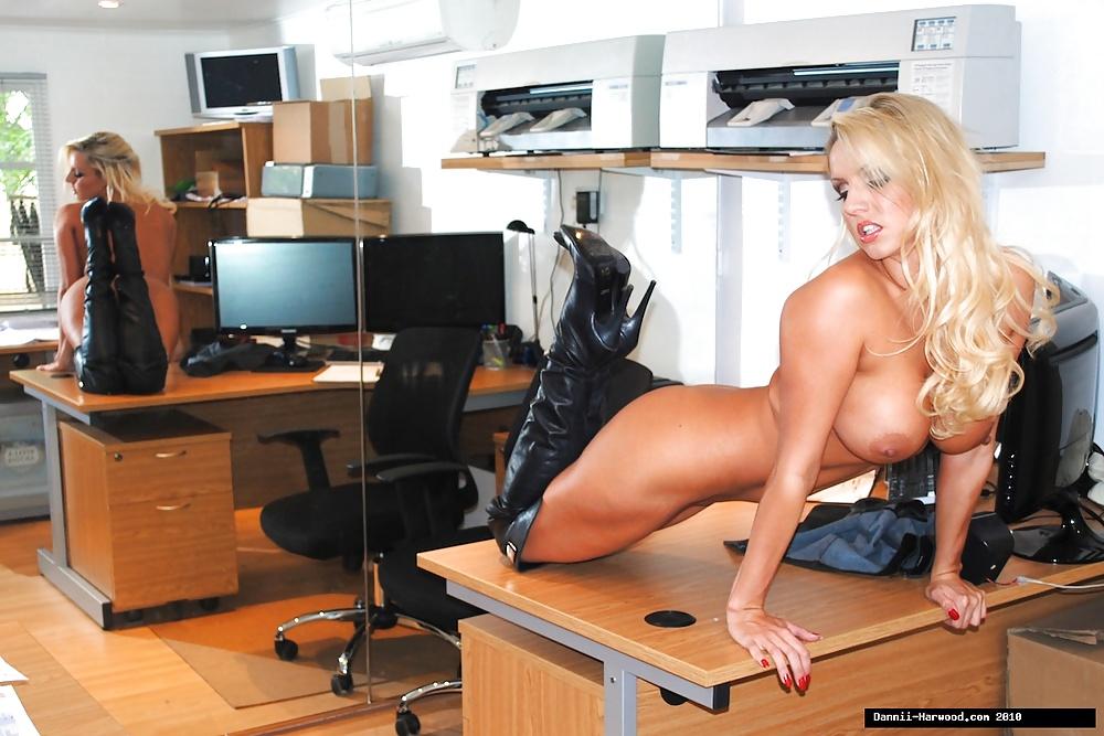 Babe blonde plantureuse au bureau
