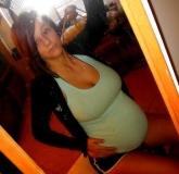 Jolie brune enceinte