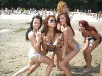 5 meufs en furie à la plage