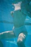 Elle montre ses nichons sous l'eau