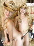 Jumelles texanes blondes à la ferme