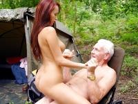 Vieux papi et jeune salope