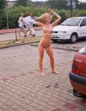 Elle se fou a poil dans la rue