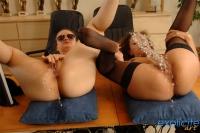 Deux jeunes pisseuses avec les cuisses écartées