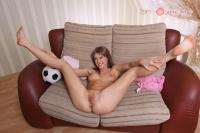 Ma femme aime montrer ses gros seins en écartant les jambes